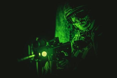 Soldier Night Vision Spotting. Concept militaire. Opération de nuit.