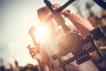 Camera Gimbal DSLR Video Production. Pro Video Stabilization. Video Maker Taking Shoots Using Pro Equipment. Banque d'images