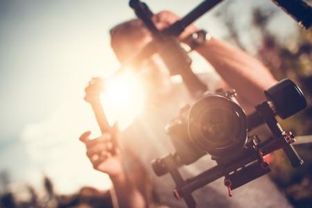 Produzione video della fotocamera Gimbal DSLR. Pro Video Stabilizzazione. Video Maker che prende spari utilizzando l'apparecchiatura Pro.