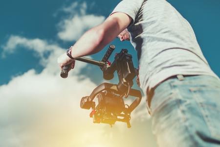 ビデオ撮影は、プロのジンバルにインストールされているデジタル一眼レフのデジタル カメラを使用して撮影します。動画像等の作業。 写真素材