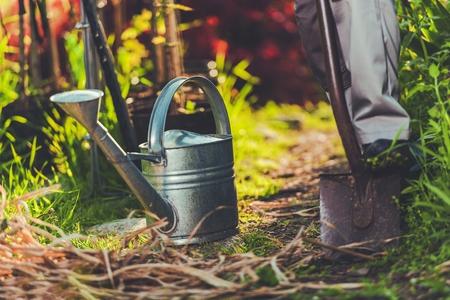 Gartenarbeit mit Leidenschaft. Garten Foto-Konzept mit Gießkanne und Garten Schaufel. Frühling Zeit Garten Reinigung und Vorbereitung für die Sommersaison. Standard-Bild - 78433841