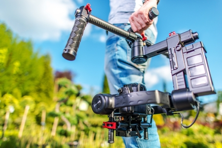 ビデオ カメラの演算子。ビデオ撮影のテーマです。ジンバル安定化装置のデジタル一眼レフ カメラ。フィルムの生産。