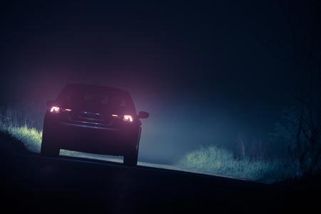 안개가 자욱한 도로> 짙은 안개 조건에서 운전. 스톡 콘텐츠