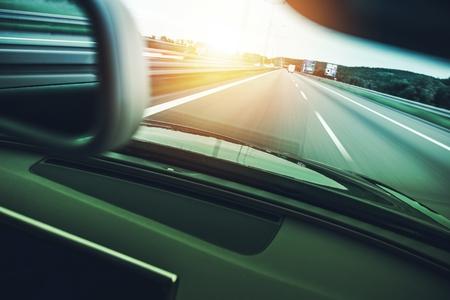 モーション高速化高速道路の車をぼかします。車の運転のコンセプト。 写真素材