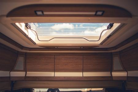 모터 홈, 여행 트레일러 및 캠퍼 밴 내부의 환기 중요성. 지붕 벤트 근접 촬영.