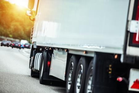 Semi-vrachtwagen op de route naar bezorgbestemming. Snel rijdende vrachtwagen op een snelweg.
