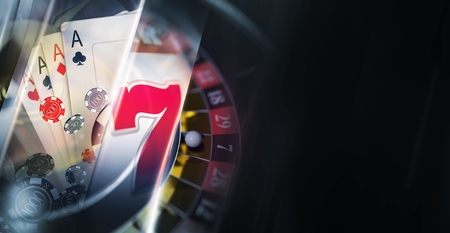 Dark Casino Banner Sfondo con concettuale 3D rendering Elements Like Slot Machine, Roulette Wheel, Poker Blackjack Cards e le Chips. Spazio di copia laterale destro. Archivio Fotografico - 86609390