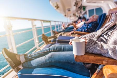 Deckchairs游轮放松。游轮在阳光下放松。商业海事主题。