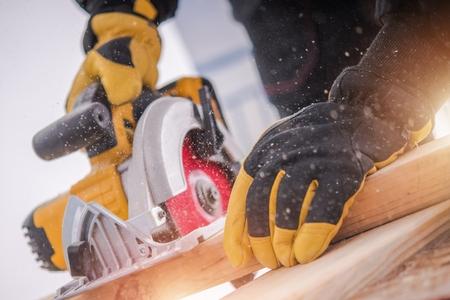 Lumber Woodwork Tools. Houten constructie. Cirkelzaag in actie.