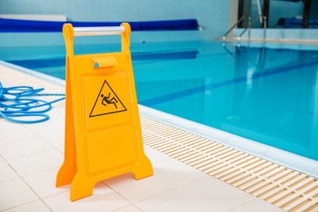 Plancher de piscine glissante. Panneau d'avertissement jaune. Banque d'images