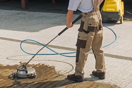 Residentiële oprit wassen en reinigen met hogedrukwater.