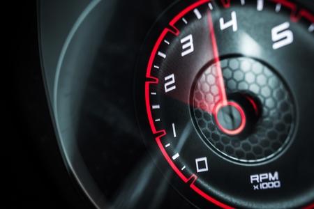 Wskaźnik obroty silnika samochodu na minutę. Koncepcja potężnego pojazdu.