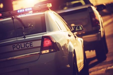 州警察の高速道路のトラフィックを停止。ライトを点滅させて警察の巡洋艦。