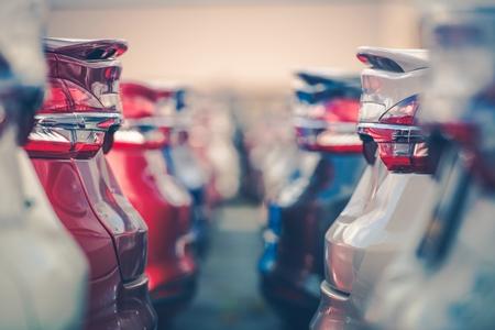 Auto's te koop. Automobielindustrie. Auto's Dealerschap Parkeerplaats. Rijen met gloednieuwe voertuigen in afwachting van nieuwe eigenaren.