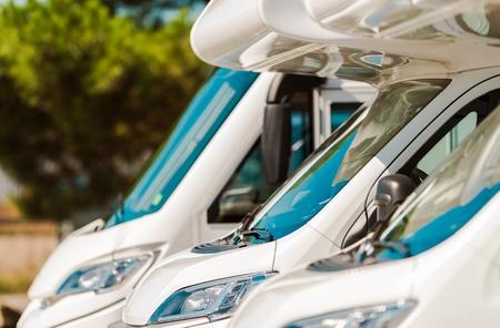 レクリエーションの車モーター ホームで販売。キャンピングカー バン ディーラー。旅行業界の概念。