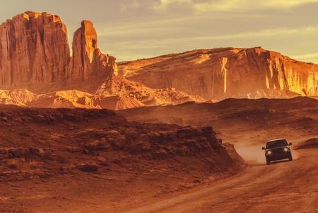 アリゾナの田舎道ドライブ。スポーツ ・ ユーティリティ ・ ビークルと赤砂岩の砂漠の道。 写真素材