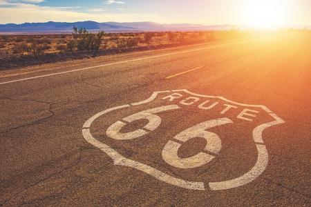 Route de Californie 66 et paysage de la réserve nationale de Mojave. Les États-Unis d'Amérique. Banque d'images
