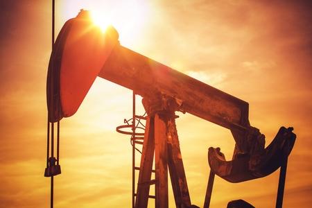 Oliepomp op California Prairie. Schilderachtige industriële zonsondergang. Thema olie-industrie met pompeenheid.
