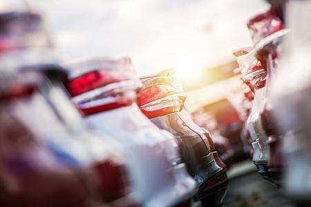 Motyw sprzedaży motoryzacyjnej. Rzędy zupełnie nowych samochodów na parkingach dealerskich.