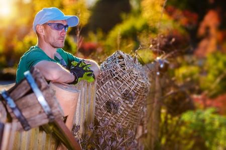Travail de jardin d'été. Jardinier caucasien satisifié surplombant son jardin. Banque d'images