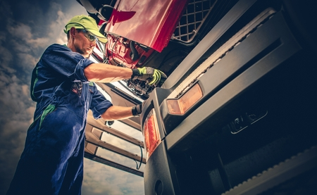 Caucasian Truck Service Worker in His 30s Performing Scheduled Recall Maintenance. Standard-Bild