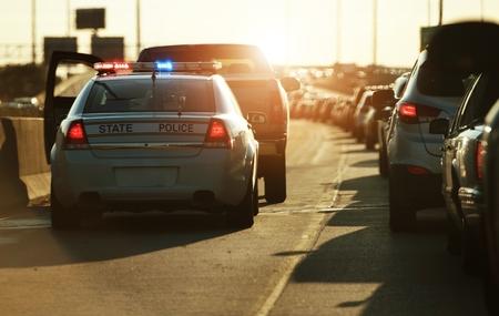 警察の交通停止。警官は高速道路の側にスピード違反の車両を停止します。シカゴ、イリノイ、アメリカ合衆国。