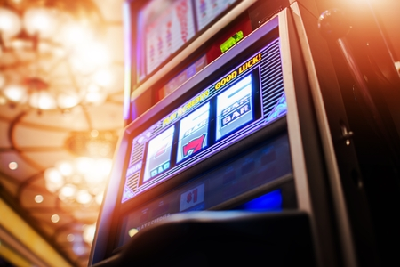 Luxury Casino Slot Machine Awaiting New Player. One Handed Bandit Fruit Machine. Foto de archivo