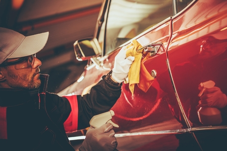 Retro Car Body Cleaning and Paint Restoration. Taking Care of Classic Car. 免版税图像