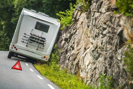 RV Camper Van Accident on the Winding Mountain Road. Foto de archivo