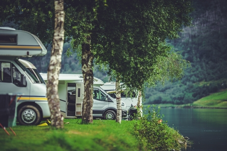 Scenic RV Park Camping. Lakefront Campsite. Vacation in Recreational Vehicle Reklamní fotografie