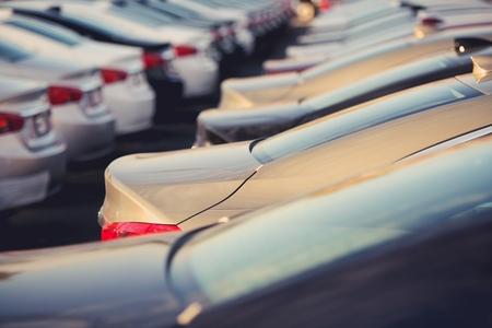 Concesionario de coches nuevos stock Primer enfoque selectivo. Estacionamiento lleno de vehículos nuevos.