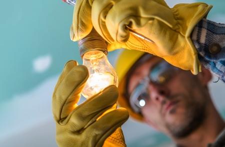 Instalación profesional de punto de luz eléctrica. Tema de la industria de la construcción. Cerca de la foto.