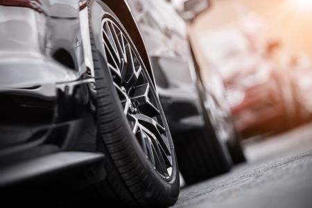 Moderne auto op de parkeerplaats. Lichtmetalen wiel close-up. Automotive en transportconcept. Stockfoto