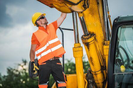 Operatore di escavatori moderni. Operaio edile caucasico e macchinari industriali.