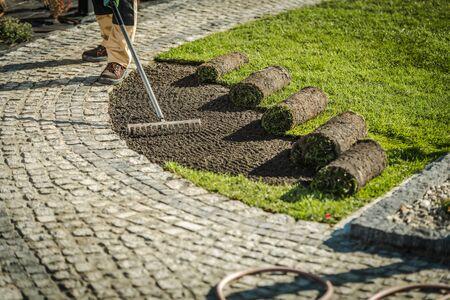 Installation de gazon d'herbe de jardin nouvellement développé> Thème de l'industrie de l'aménagement paysager.