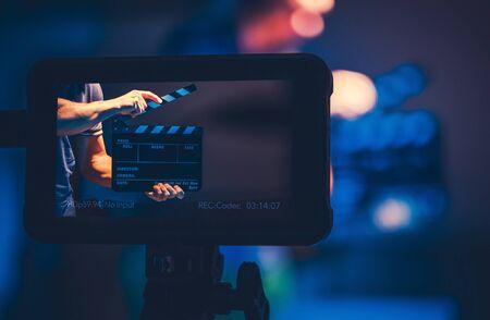 Moniteur de référence de production cinématographique. Équipement de fabrication vidéo moderne. Hommes avec Clap sur l'écran. Banque d'images
