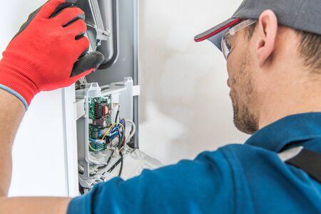 Technicien d'entretien d'équipement de chauffage résidentiel. Problème de fournaise à chauffage central au gaz.