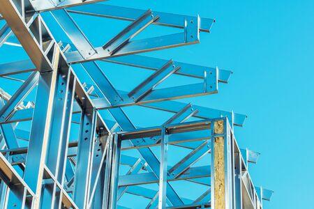 Gros plan de la construction de bâtiments en acier squelette. Technologies modernes. Thème industriel.