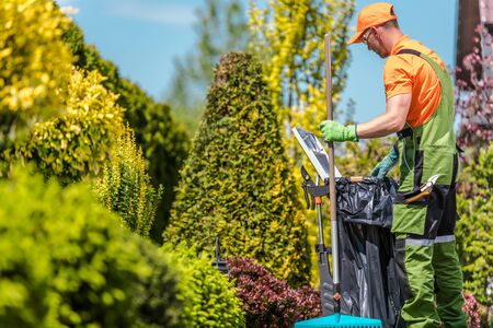 Gardener with His Garden Tools and the Seasonal Maintenance. Caucasian Men in His 30s. Stockfoto