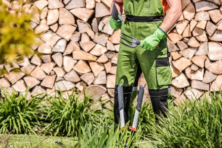 Caucasian Male Groundkeeper Standing In Yard Holding Gardening Hand Tools Getting Ready For Work. Banque d'images - 146334587