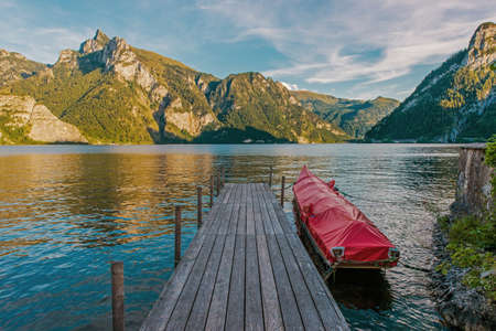 Wooden Deck, Rocky Cliffs, Lush Mountains and Quaint Villages Surround This Sprawling, Deep Water Traunsee Lake. Upper Austria Region, Europe. Archivio Fotografico