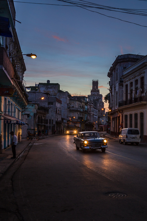 闇が昇るセントロ ハバナの頑丈な道路の上 1 つの朝-Cuba.This は、ハバナの通りで夜明けに私の毎日の散歩のいずれかで捕獲された観光スポット、匂い・ Caribbeanâ の庶民の音で撮ったようを持ち上げるを開始します。