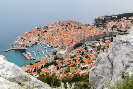 srd: Dubrovnik nestled between the turquoise coloured Adriatic Sea and the mountains of South Dalmatia.