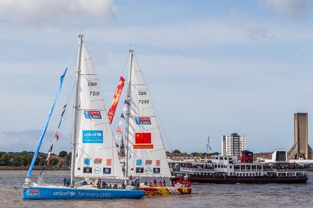Gli yacht Unicef ??e Qingdao sorpassano gli spettatori sulla barca Royal Iris sul fiume Mersey. La Clipper Race (giunta all'undicesimo anno) vede dodici squadre globali gareggiare in un 40000 miglia nautiche intorno al mondo su uno yacht da regata oceanico da 70 piedi. TE