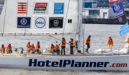 Hotelplanner.com チームは、自分たちの生活のレースの前にマージー川でリラックスします。(今で 11 年目) クリッパー レースは、競争で 70 フィ
