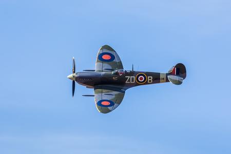 전 왕립 공군 Supermarine Spitfire는 2017 해변가 airshow 동안 사우스 포트의 해변 위에 표시합니다.