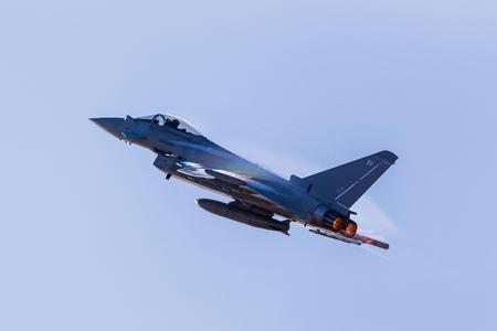 햇빛은 영국 공군 태풍의 날개에서 응축수를 잡아 무지개를 만드는 사우스 포트 에어쇼에서 출발합니다.