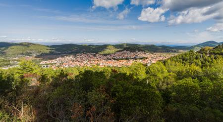 緑の丘や森-マラデューバ、2017年の秋の中に描かれてコルチュラ島の経済の中心を囲みます。