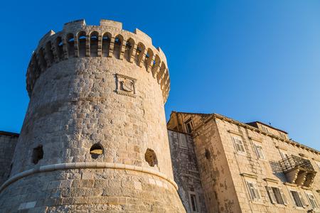 타워 Kanavelic (Bokar 또는 Barbarigo 타워라고도 함) Korcula 오래 된 마의 도시 벽 황혼 한 저녁 전에 황금 햇빛에서 캡처 한 노스 웨스트 사이드에 앉아. 스톡 콘텐츠