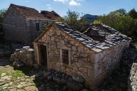 Donja Nakovana は、2 回地元の人々 によって放棄されているエリアに 2 つの村の 1 つです。村は、7500 兵士のイタリアのファシストの遠征によって WW2 で 写真素材